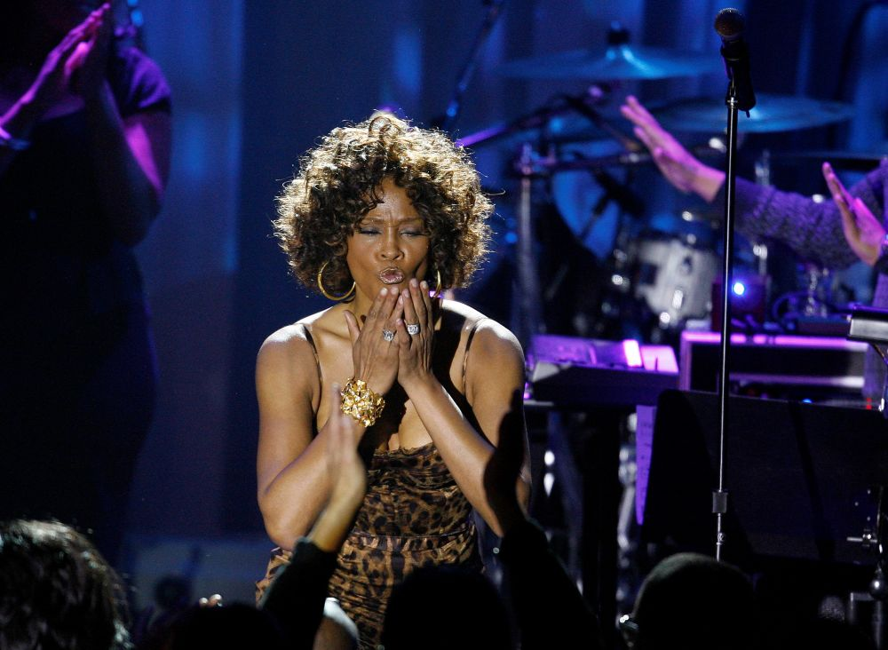 Singer Whitney Houston blows kisses at the crowd at the conclusion of her performance at the 2009 Grammy Salute to Industry Icons event, honouring Clive Davis in Beverly Hills, California February 7, 2009. — Reuters pic